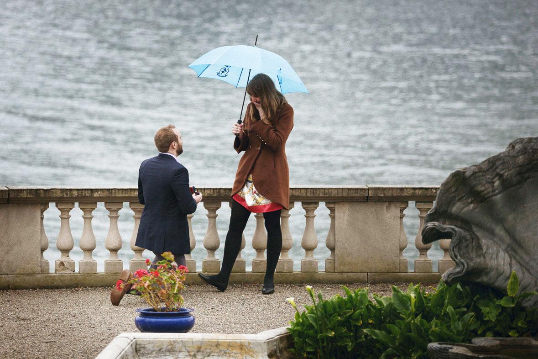 Proposta di matrimonio a sorpresa sotto la pioggia